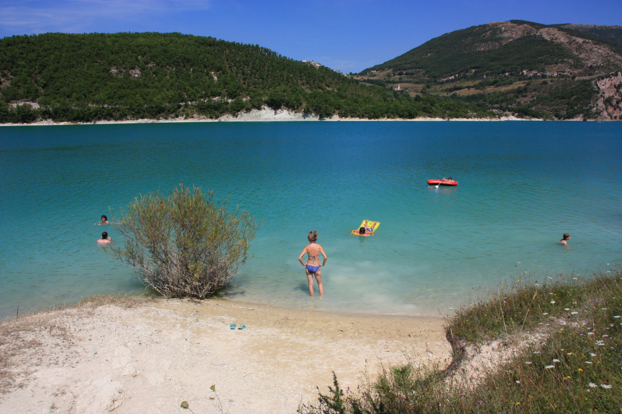 lake fiastra in the water