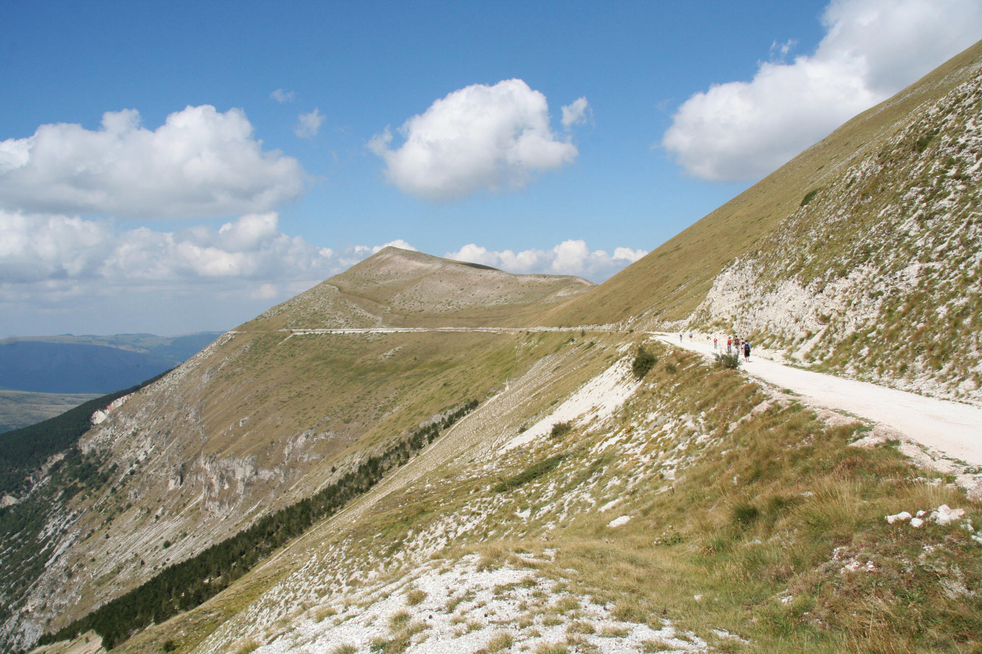 sibillini mountains trail opposite monte bove